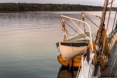 Livräddningsbåt- och jollefartyg på sidan av skonaren Royaltyfri Bild