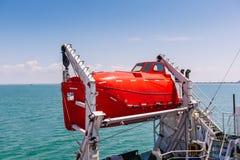 Livräddningsbåt på en färja Livräddningsbåt på däck av ett kryssningskepp Sikt av fartyg på ett kryssningskepp på havsbakgrunden Royaltyfri Foto