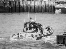Livräddningsbåt på flodThemsen i London - LONDON - STORBRITANNIEN - SEPTEMBER 19, 2016 Arkivbild
