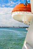 Livräddningsbåtnärbild som hänger utanför skeppet Arkivbilder