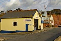 Livräddningsbåtstationen på det östliga slutet av den Sidmouth promenaden Denna är själven betald oberoende organisation royaltyfri bild