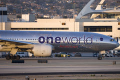 Livrée d'American Airlines Boeing 777 Oneworld à l'aéroport international de Los Angeles Images stock