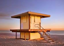 livräddare för strandflorida hollywood hus arkivbilder