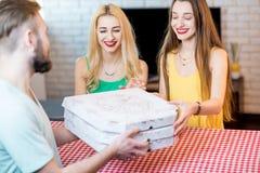 livraison de la pizza d'homme Image libre de droits