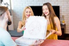 livraison de la pizza d'homme Photographie stock libre de droits
