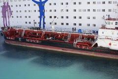 Livraison du bateau réapprovisionnant en combustible le grand revêtement blanc de croisière de passager Ravitaillement de bateau  photos stock