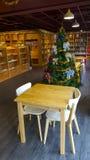 A livraria tem a árvore de Natal Imagens de Stock Royalty Free