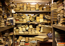 Resultado de imagem para livraria abandonada ilustração