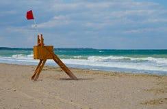 Livräddarekabin på stranden Arkivbilder