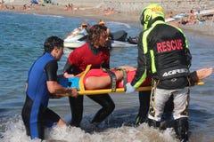 Livräddaren sparar simmaren Rescue på havet Arkivfoton