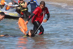 Livräddaren sparar simmaren Rescue på havet Arkivbilder