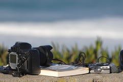 Livre, écouteurs et appareil-photo de photo Image stock