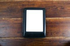 Livre électronique au-dessus de fond en bois Images libres de droits