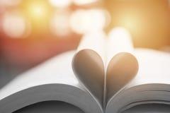 Livre abstrait dans la forme de coeur, la sagesse et le jour de concept d'éducation, de livre du monde et de copyright Photographie stock libre de droits