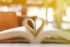 Livre abstrait dans la forme de coeur, la sagesse et le jour de concept d'éducation, de livre du monde et de copyright Photo stock