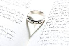 Livre, anneau, amour Image libre de droits
