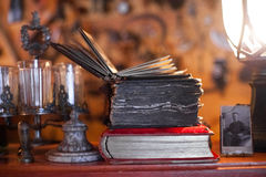 Livre antique dans la faible lumière images libres de droits