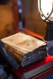 Livre antique dans la faible lumière images stock