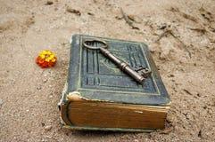 Livre antique et clé photographie stock