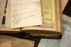 Livre antique, papiers de famille, découpages de journal Photographie stock libre de droits