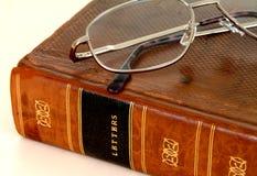 Livre attaché en cuir de XVIIIème siècle avec des lunettes Photos stock