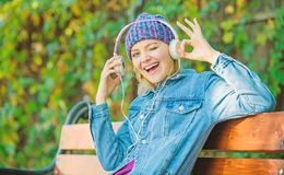 Livre audio Style et musique femme de hippie dans des ?couteurs d?tendez en parc avec des ?couteurs fille de hippie avec le lecte photographie stock