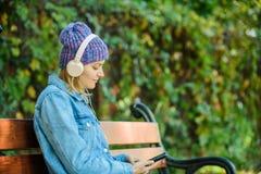 Livre audio style smusic détendez en parc avec le livre audio fille de hippie avec le lecteur mp3 ?coutent la musique en parc mod photos libres de droits