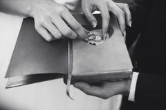 Livre avec du charme de vintage avec le coeur fait main auquel mensonge l'anneau Photo libre de droits