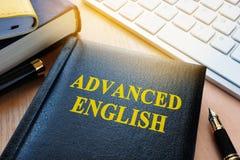 Livre avec l'anglais avancé de titre image stock