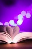 Livre avec la faible luminosité et le bokeh rose Image stock