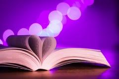 Livre avec la faible luminosité et le bokeh rose Image libre de droits