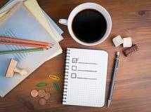 Livre avec la liste de contrôle vide sur la table en bois Photographie stock