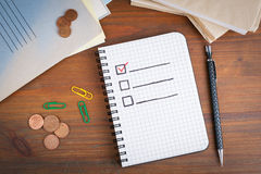 Livre avec la liste de contrôle vide sur la table en bois Image stock
