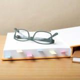 Livre avec la note et les lunettes collantes Image libre de droits