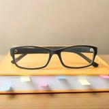 Livre avec la note et les lunettes collantes Images libres de droits