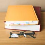 Livre avec la note et les lunettes collantes Photos stock
