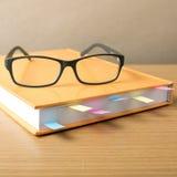 Livre avec la note et les lunettes collantes Photos libres de droits