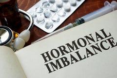Livre avec le déséquilibre hormonal de mots images stock