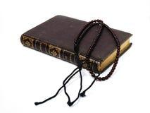 Livre avec le rosaire Photographie stock libre de droits