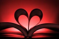 Livre avec les pages en forme de coeur montrant un amour de la lecture Photos libres de droits