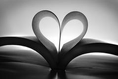Livre avec les pages en forme de coeur montrant un amour de la lecture Image libre de droits