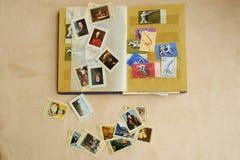 Livre avec les timbres colorés pour la vue de collection Photographie stock
