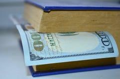 Livre avec un repère des dollars Image stock