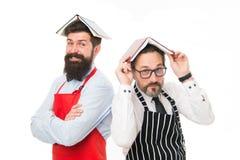 Livre barbu de lecture de tablier d'hommes concernant culinaire Ménage responsable d'hommes Quelques probl?mes Fonctions de m?nag images libres de droits