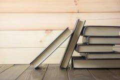 Livre Beaucoup de livres Pile de livres colorés Fond d'éducation De nouveau à l'école Réservez, les livres colorés de livre carto photographie stock libre de droits