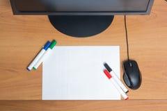 Livre blanc avec les marqueurs colorés de stylo de feutre Photographie stock