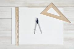Livre blanc avec les règles de centimètre et le diviseur d'ingénierie Image libre de droits