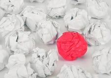 Livre blanc chiffonné avec la boule rouge du papier chiffonné Photographie stock libre de droits