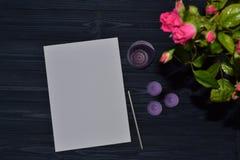 Livre blanc, crayon et éléments de décoration sur le fond foncé Photo libre de droits
