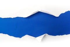 Livre blanc déchiré sur le fond bleu Cocept pour le jour de conscience d'autisme Barrières de coupure ensemble pour l'autisme Photo libre de droits